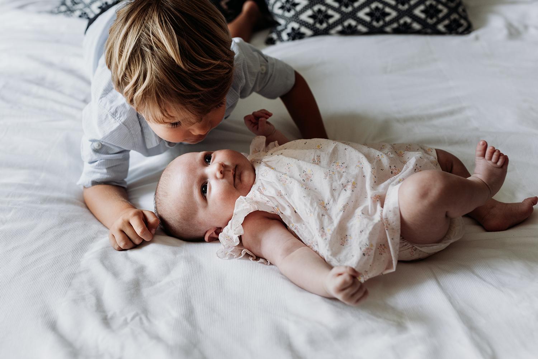 Siblings photo kissing